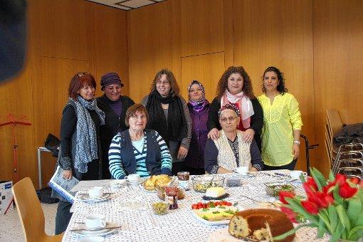 In der Grundschulaula in Höllstein finden einmal im Monat Themenfrühstücke für Frauen aus islamischen Ländern statt. Diese Veranstaltungen dienen auch der Integration.  Foto: Harald Pflüger Foto: Markgräfler Tagblatt