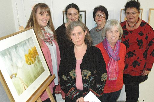 Kursleiterin Johanna Schneider (Mitte) vermittelte den Malkursteilnehmerinnen die Techniken.   Foto: Marco Fraune Foto: Weiler Zeitung