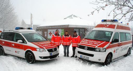 Die Bereitschaftsleitung und der Vorsitzende des DRK-Ortsvereins freuen sich über die Fahrzeuge: (von links) Rainer Sutter, Petra Deiss und Christian Zimmermann. Foto: Gerd Sutter