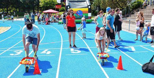 Auch ein Schubkarren-Wettlauf gehört zu den Disziplinen des Spielfests.   Foto: Heinz Vollmar Foto: Die Oberbadische