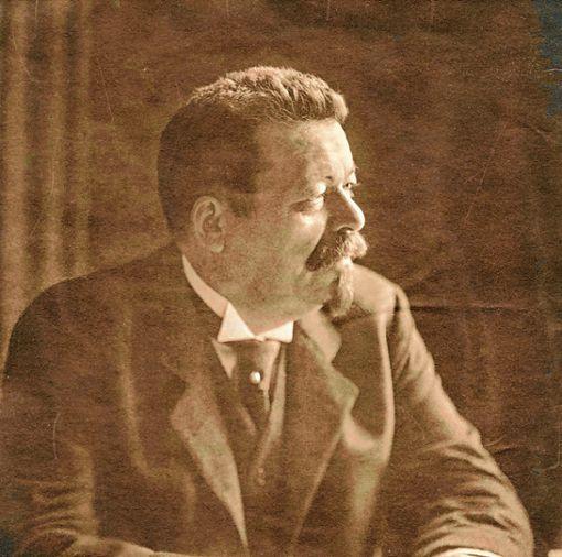 """Der Sozialdemokrat Friedrich Ebert  übernahm bei der Abdankung des Kaisers das Amt des Reichskanzlers und wurde später erster Präsident der Weimarer Republik. Das rechte  Foto zeigt das historische Schild der """"Republik Baden"""", welches das Schild """"Großherzogtum Baden"""" ersetzte. Foto: Sammlung Dreiländermuseum"""