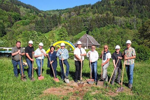Spatenstich für die Schwimmbad-Totalsanierung: (von links) Rudolf Schmidt (Baufirma Schmidt), Christian Rüscher (Bürgermeister Wembach), Bruno Kiefer (Bürgermeister Böllen), Sigrid Böhler (Bürgermeisterin Aitern), Matthias Engesser (Baufirma Engesser), Peter Schelshorn (Bürgermeister Schönau), Günter Sutter (Planungsbüro Fritz), Klaus Steinebrunner (Bauamtsleiter Schönau), Harald Lais (Bürgermeister Utzenfeld) und Klaus Rümmele (Bürgermeister Tunau).  Foto: Peter Schwendele Foto: Markgräfler Tagblatt