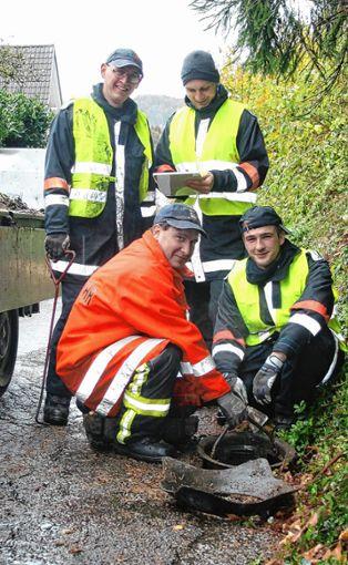 Im  Einsatz beim Gullyreinigen waren Steinener Feuerwehrleute sowie das Werkhof-Team der Gemeinde. Foto: Ralph Lacher