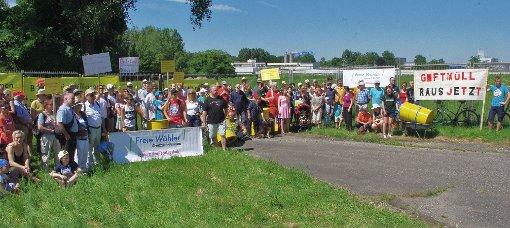 Am Zaun der Kesslergrube, unmittelbar vor dem BASF-Werksgelände, trafen sich die etwa 150 Teilnehmer zum Sonntagsspaziergang.  Fotos: Rolf Reißmann Foto: Die Oberbadische