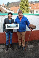 Der neue Pächter Quocvy Nguyen mit Silvester Schneider, der den alten Eishammer in der Hand hält. Foto: Markgräfler Tagblatt
