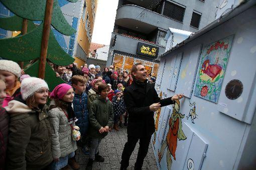 Oberbürgermeister Jörg Lutz öffnet das erste Türchen am Adventskalenderhäuschen mit den Schülern der Waldorfschule.   Fotos: Kristoff Meller Foto: Die Oberbadische