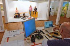 """In seinem interaktiven Malprojekt """"Warte, warte, warte"""" fotografiert der Künstler Gerit Koglin Besucher der Ausstellung. Foto: Markgräfler Tagblatt"""