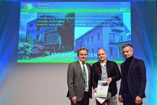 Urkunde von Minister Franz Untersteller (links) für Bauherr Roman Roschig und Architekt Thomas Kuri.   Foto: zVg Foto: Markgräfler Tagblatt