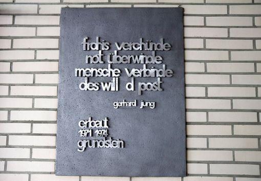 Das Mundart-Gedicht von Gerhard Jung steht auf einer gusseisernen Grundstein-Platte. Foto: Kristoff Meller Foto: Kristoff Meller