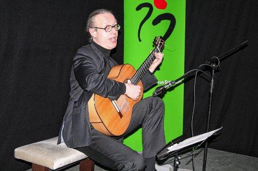 Dynamisch-meisterliches Fingerspiel bot der Gitarrist Wolfgang Mayer im Mühlehof.   Foto: Ines Bode Foto: Markgräfler Tagblatt