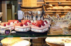 In der Bäckerei Paul gab es zum Valentinstag unter anderem große Macaron-Herzen und Schokoherzen am Stiel   . Fotos: Asia Lomartire Foto: Die Oberbadische