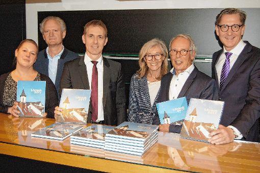 Mit dem Jahrbuch 2017: (v.l.) Susanne Baldus-Spingler, Wolfgang Göckel, Jörg Lutz, Gerlinde und Waldemar Lutz und  Rainer Liebenow    Foto: Peter Ade Foto: Die Oberbadische
