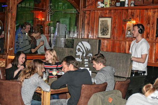 DJ Jo Ferro versteht sein Handwerk: Harter Beat passt nicht zum Pub. Foto: Ines Bode