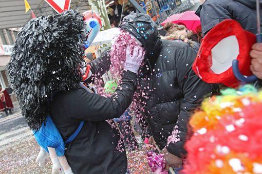 Konfetti satt: Die Cliquen der Narrengilde haben für den diesjährigen Umzug mehr als sechs Tonnen Konfetti geordert. Foto: Kristoff Meller Foto: Kristoff Meller