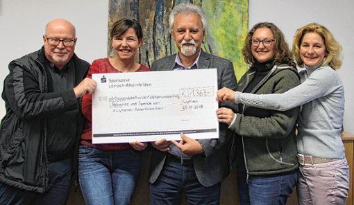 Freuten sich gemeinsam über eine stattliche Spende (von links): Dieter Eisenhauer, Constanze Meier, Josef Gyuricza, Andrea Fluck und Simone Kaiser. Foto: Rolf Rombach