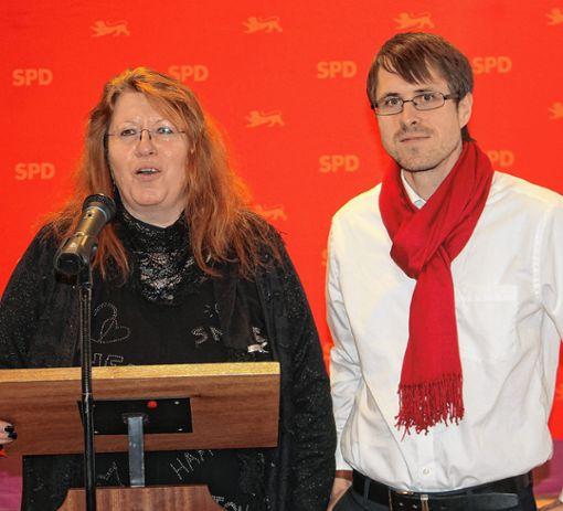 Marianne Müller vom Vorstandsteam des SPD-Ortsvereins Grenzach-Wyhlen bedankt sich bei Philipp Schließer, Vorsitzender der SPD im Landkreis Lörrach.    Foto: Gerd Lustig Foto: Die Oberbadische