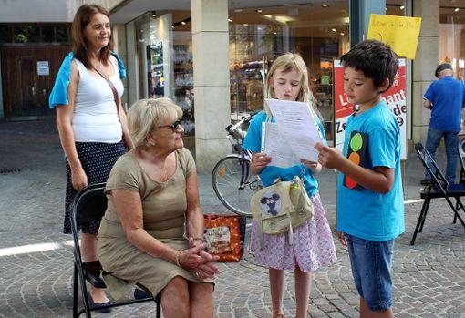 Eine Passantin hört den Schülern zu. Foto: Die Oberbadische