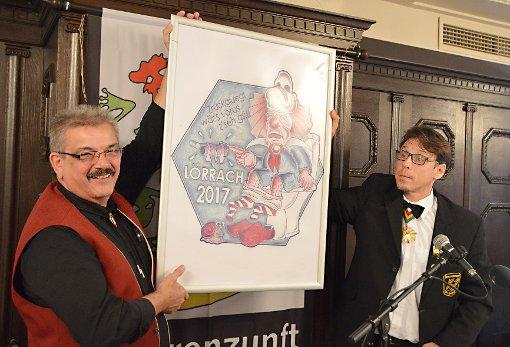 Klaus Breitenfeld und Stephan Vogt präsentieren das Motto  2017.   Fotos: Silvia Waßmer Foto: Die Oberbadische