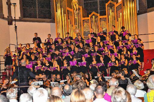 Die Evangelische Studentenkantorei Freiburg unter Florian Cramer in der  evangelischen Stadtkirche.  Foto: Georg Diehl Foto: Markgräfler Tagblatt