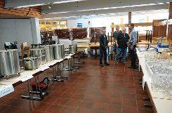 """Nicht allzu groß war das Interesse am Ausverkauf des Inventars des ehemaligen Stadthallenrestaurants """"Markgrafen"""".   Foto: Hans-Jürgen Hege Foto: Markgräfler Tagblatt"""