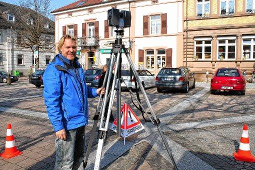 """Beim 3D-Laserscanning: Michael Prochnow von """"plantec"""" auf dem Marktplatz.  Foto: Petra Martin Foto: Markgräfler Tagblatt"""