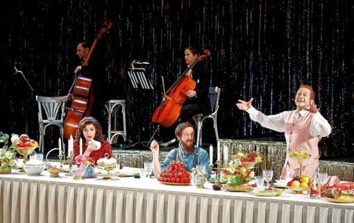 Noëmi Nadelmann, Karl-Heinz Brandt und Michael von der Heide auf der Theaterbühne. Foto: zVg/Hupfeld