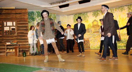 """Szene aus der Schüleraufführung des Musicals """"Anatevka"""" mit Valentin Seyffer (vorne l.) als Milchmann Tevje   Foto: Walter Bronner Foto: Die Oberbadische"""