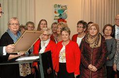 Rainer Liebenow zeichnet die Damen des DRK-Kleiderladens rund um Karin Lützelschwab (zweite von links) mit dem Bürgerpreis des Jahres 2018 aus. Foto: Ulf Körbs