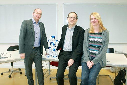 """Jan Olaf, Klemens Schnattinger und Ulrike Menke (von links, mit dem Nao-Roboter, einem Sinnbild der Informatik) stellten den neuen Studiengang """"Regio Informatica"""" vor.    Foto: Saskia Scherer Foto: Die Oberbadische"""