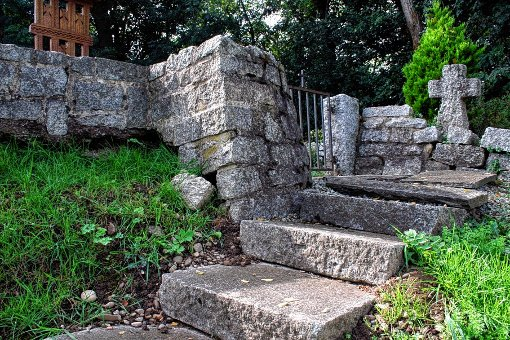 Die Steintreppe zur Gedenkstätte des rumänischen Soldatenfriedhofs rutscht die Böschung herunter.                Foto: Daniela Buch Foto: Weiler Zeitung