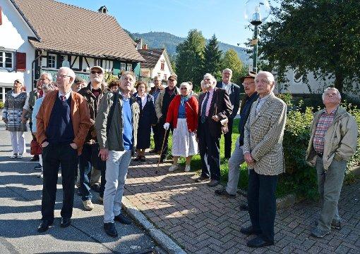 Professor Klaus Schubring (5. von rechts) zeigte vor Ort die Geschichte Hausens zur Zeit von Johann Peter Hebel auf.   Fotos: Silvia Waßmer Foto: Die Oberbadische
