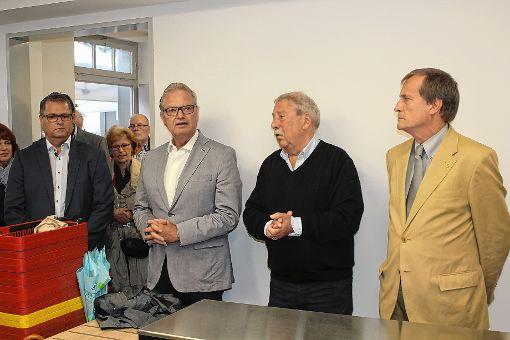 Der neue Tafelladen  wurde durch  (von links) Projekteiter Dieter Model, Wohnbau-Geschäftsführer Dieter Burger, Vorsitzender Helmut Moser und Oberbürgermeister Klaus Eberhardt jetzt auch offiziell eingeweiht .  Foto: Gerd Lustig Foto: Die Oberbadische