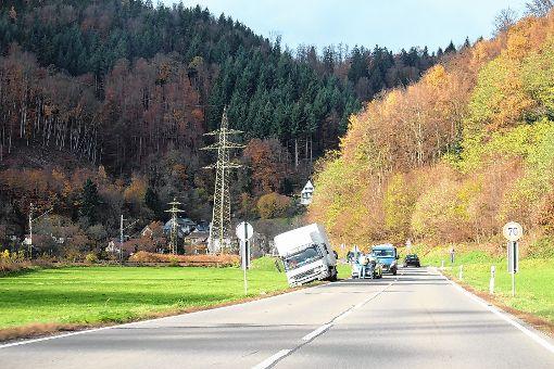 Im Straßengraben endete das Ausweichmanöver des Lastwagens.   Foto: Anja Bertsch Foto: Markgräfler Tagblatt