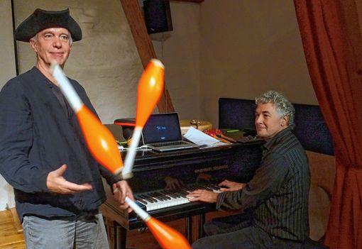 Jonglage mit Klaviermusik zauberten Christian Rabe und Stefan Heidtmann beim Filmmusikabend in der Kulturscheune Rabe. Foto: Jürgen Scharf