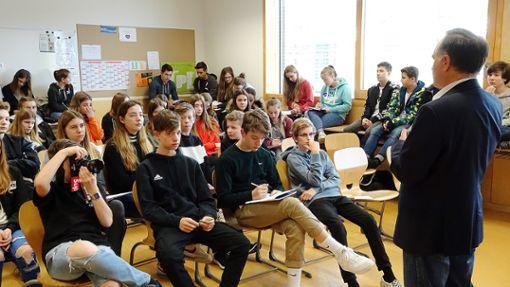 Guido Neidinger steht den Realschülern der FES Rede und Antwort.    Foto: zVg Foto: Die Oberbadische