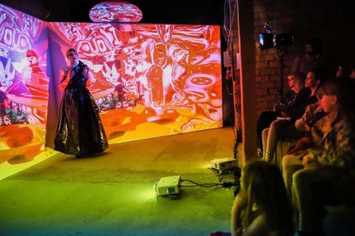 Außergewöhnliche Kombination: Lilia Tripodi singt Arien von Tschaikowsky inmitten einer Installation mit 3D-Animationen von Karin Niedermeier. Foto: Kristoff Meller Foto: Kristoff Meller