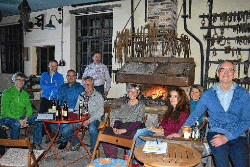 """Beim flackernden Feuer der Schmiede-Esse trafen sich die Mitglieder des Vereins """"Alte Schmiede Mambach"""" zu ihrer Jahreshauptversammlung.     Foto: Paul Berger Foto: Markgräfler Tagblatt"""