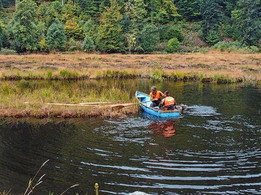 Zwei Gemeindemitarbeiter haben  die abtrünnige Torfinsel wieder an ihren ursprünglichen Platz gesetzt.           Foto: zVg Foto: Markgräfler Tagblatt