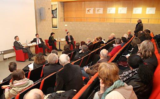 Michael Wilke, Wolfgang Wahl, Gisela Splett und Jörg Lutz diskutierten mit Bürgern in der Stadtbibliothek.   Foto: Kristoff Meller Foto: Die Oberbadische
