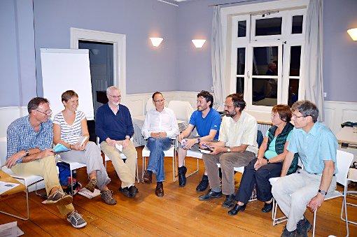 Angeregt diskutierten die Klimafreunde Lörrach über die neuesten Entwicklungen in den einzelnen Projekten.    Foto: Silvia Waßmer Foto: Die Oberbadische