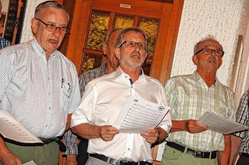 Jürgen Amrein (Mitte) steht weiterhin an der Spitze des Liederkranz Degerfelden. Daneben singen der neue Vereinswirt Martin Scherer (links) und Kassierer Hans Biehler.  Foto: Petra Wunderle Foto: Die Oberbadische