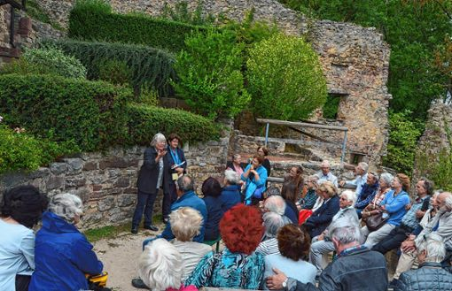 """Auf der Burg lasen Inge Hemberger und Helen Liebendörfer das Gedicht """"Die Vergänglichkeit"""".     Foto: Veronika Zettler Foto: Die Oberbadische"""