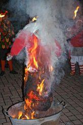 Völlig in  Flammen auf ging die arme Fasnachtspuppe. Fotos: Ralph Lacher Foto: Markgräfler Tagblatt