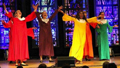 """Feuriger Rhythmus: In der Stadthalle  formierte sich der Nonnen-Chor aus """"Sister Act"""".Foto: Hans-Jürgen Hege Foto: Markgräfler Tagblatt"""