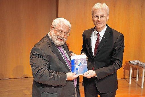 Stefan Felber (rechts) übergibt die Festschrift an Dr. Werner Neuer zu dessen Emeritierung. Foto: Markus Dörr/zVg Foto: Weiler Zeitung