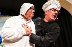 """Thomas Wagner (r.) als """"Salami""""-Wirt mit seinem Burgfräulein Claus Ciprian-Beha Foto: Kristoff Meller Foto: mek"""
