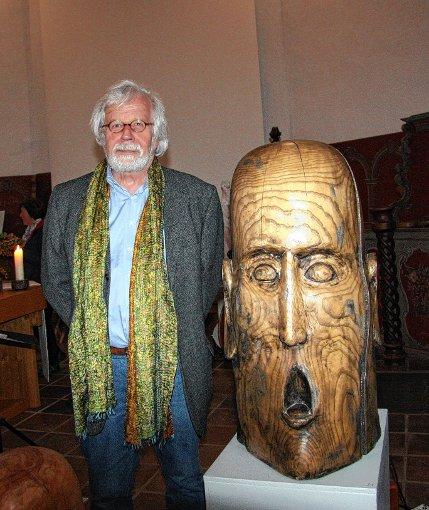 """Thomas Th. Willmann in der Schallbacher Ausstellung neben seiner Holzplastik """"großer Schrei""""     Foto: Walter Bronner Foto: Weiler Zeitung"""
