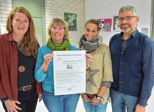 Irene Blaha (von links), Astrid Kabella, Katharina Belz und Direktor Frank Schührer freuen sich auf einen Berufsinformationstag für die älteren Schüler. Foto: Heinz Vollmar