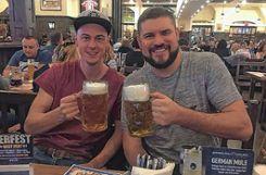 Ein Prosit: Jonas Schamberger (l.) und Jordan Fithian statten dem Hofbräuhaus in Chicago einen Besuch ab. Foto: Die Oberbadische