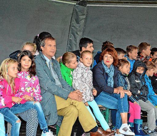 Oberbürgermeister Klaus Eberhardt  und die Amtsleiterin Cornelia Rösner vom Amt für Familie, Jugend und Senioren   besuchten das Rheinfelder Kinderferienprogramm in der Kaltenbach-Stiftung auf dem Tutti Kiesi-Areal.  Foto: zVg Foto: Die Oberbadische